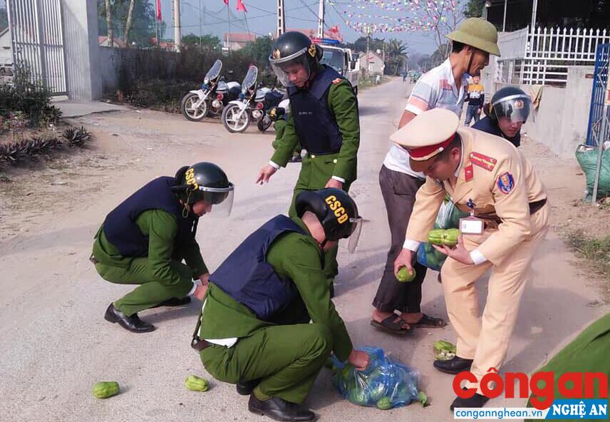 Hình ảnh cán bộ chiến sỹ Công an TX Hoàng Mai giúp dân nhặt hoa quả bị rơi trên đường được đăng tải trên mạng xã hội