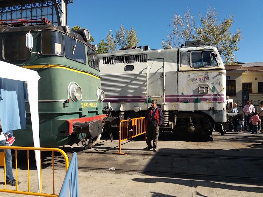 Máquinas en el exterior del museo del ferrocarril