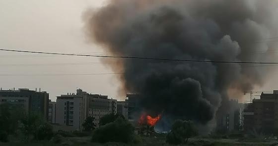 Un incendio de matorral en la Vega de Acá provoca una gran nube de humo negro