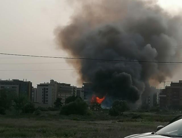 El fuego ha dejado una gran columna de humo negro. Foto: Leila.