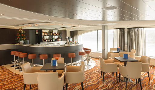 Avalon-Artistry-II-panorama-bar - Meet new friends at the Panorama Lounge social hour when you sail Avalon Artistry II.