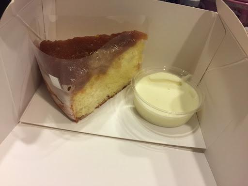 蘋果常溫蛋糕~~好吃還貼心附上奶油醬外帶回家也能有在點心店吃精緻甜點的感覺!價格略高就是了