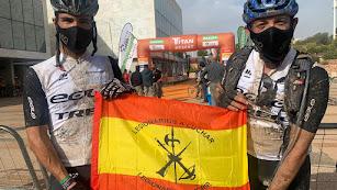 Nico mercader y Juan Carlos Gutiérrez con la bandera de España.