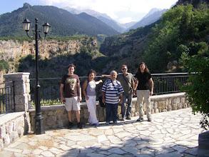 Photo: Ο ξεναγός μας, Κωνστ/νος Ποταμιάνος και παραδίπλα με τα μακριά μαλλιά ο αρχογός βουνού Γιώργος Μέτσος.