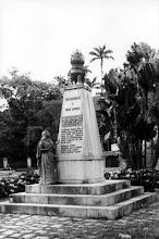 Photo: Estátua erguida na Praça dos Expedicionários em homenagem aos pracinhas petropolitanos tombados durante a 2ª Guerra Mundial. Está lá até hoje. Foto da década de 50