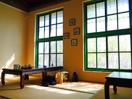 品・茗茶丘好。台鐵老宿舍改建,沐浴在光與影氛圍下的品茶時光