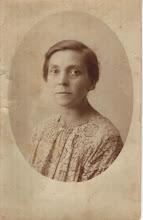 Photo: Johanna Cornelia Snel (1878-1943), mijn grootmoeder. Zij was de dochter van Tobias Snel en Antje Duinker en kwam uit een echte Amsterdamse (Jordaanse) familie. De familie Snel kwam rond 1630 uit het Noord-Franse Sedan naar Amsterdam en toen heetten ze nog Chesnel. Hugenoten dus.