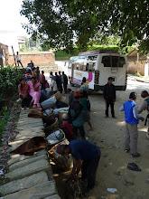 Photo: Une équipe népalaise de plus de 20 personnes, dont une douzaine de porteurs. Pour 5 petits trekkeurs seulement !