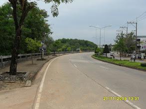 Photo: Die Strasse am Wasser entlang (Die Uttarakit Road am Wasser)
