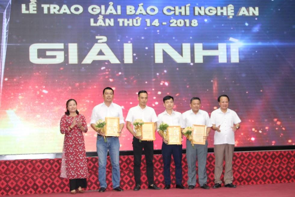 Đồng chí Nguyễn Thị Thu Hường – Trưởng ban Tuyên giáo Tỉnh ủy trao giải Nhì cho các tác giả