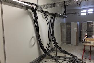 Photo: Salle électrique 1 - Câbles reliant l'arrivée haute tension au transformateur (Visite de chantier 2 Oct. 2014)