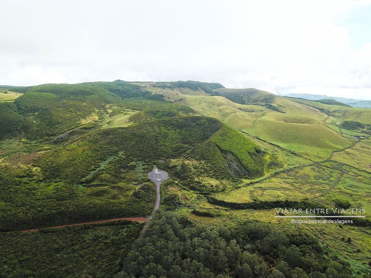 Descer à chaminé vulcânica do Algar do Carvão, na ilha Terceira