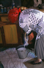 Photo: 03220 ブルド/バスハダール家/ウルム(乳製品)作り/乳に小麦粉を入れて火にかけ、杓子ですくいながら泡を立てる。火を止めて放置し、翌日にウルムができる。