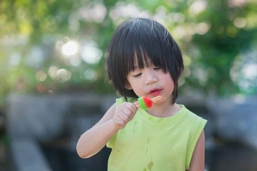 Khi trẻ con nghiện ăn quà vặt và những tác hại của nó