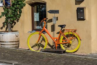 Photo: Taki pomarańczowo-żółty rower stoi w Chiusa