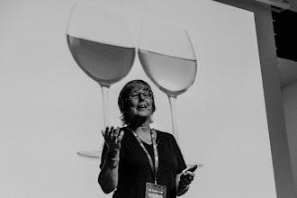 Photo: Helena @HelenaMatute, disertando sobre la dificultad psicológica que aflora en el momento de la elección de vinos.