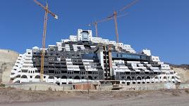 Hotel en la playa de El Algarrobico, que espera para ser demolido.