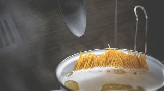 Menú saludable: espaguetis integrales con guisantes, brócoli, tomate y carne