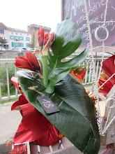 Photo: même bouquet autre vue avec une résèrve d'eau à l'intèrieur de l'emballage
