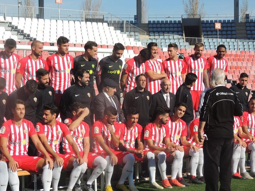 Sonrisas y bromas en la foto oficial del Almería