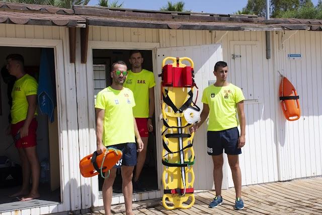 Tres de los socorristas con material de salvamento