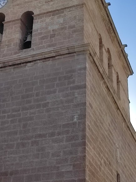 Dos cruces grabadas en la piedra de la torre de la Catedral.