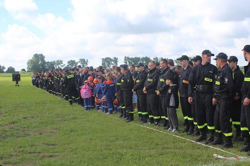 Der Farbtupfer ist die Schönfelder Jugendfeuerwehr - beim Antreten zum Eröffnungsapell (Bild A.M.)