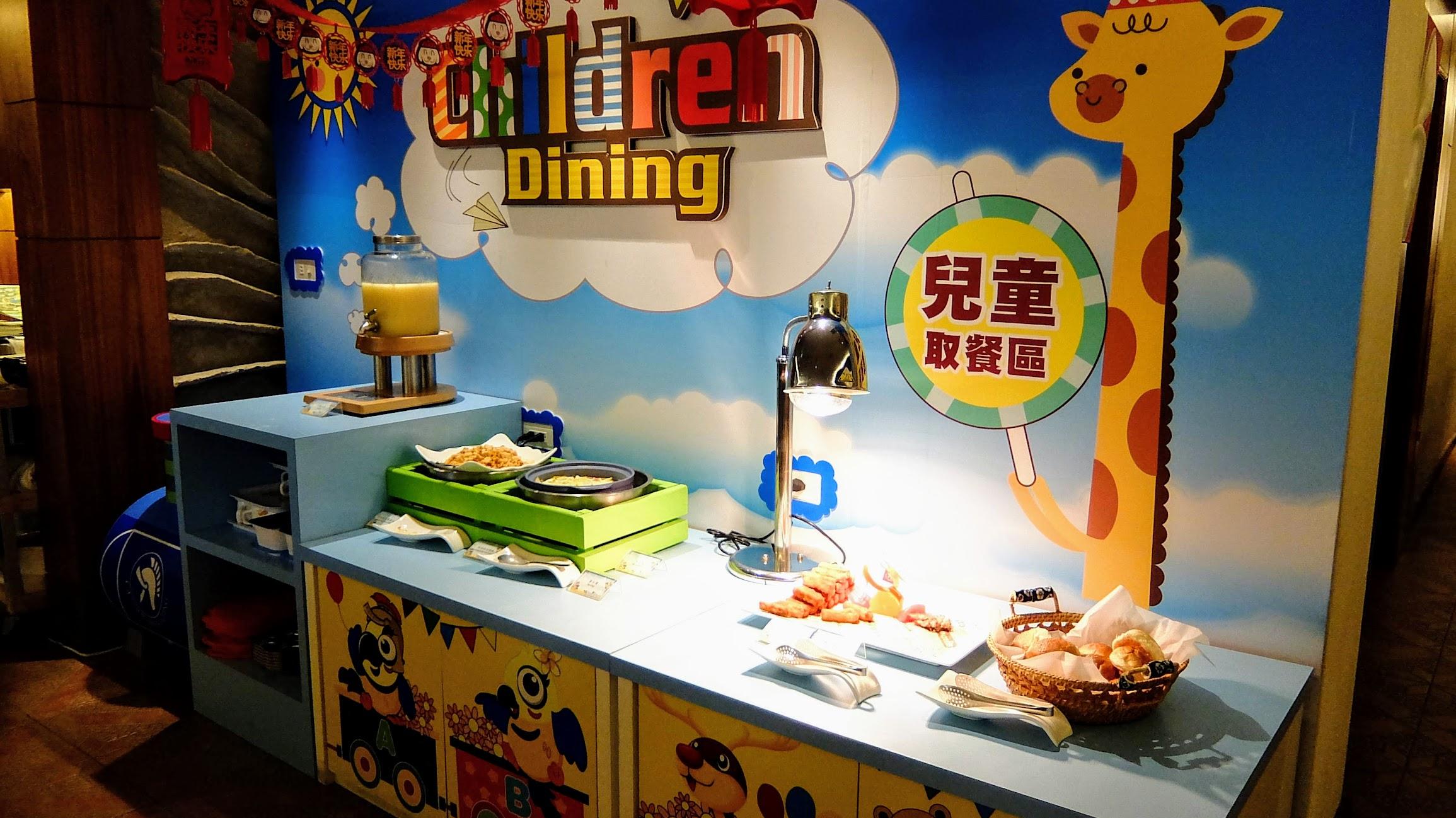 符合小朋友高度的兒童取餐區,是說雖然料不多,但是都是小孩子愛的雞塊薯餅之類的餐,小孩超開心的