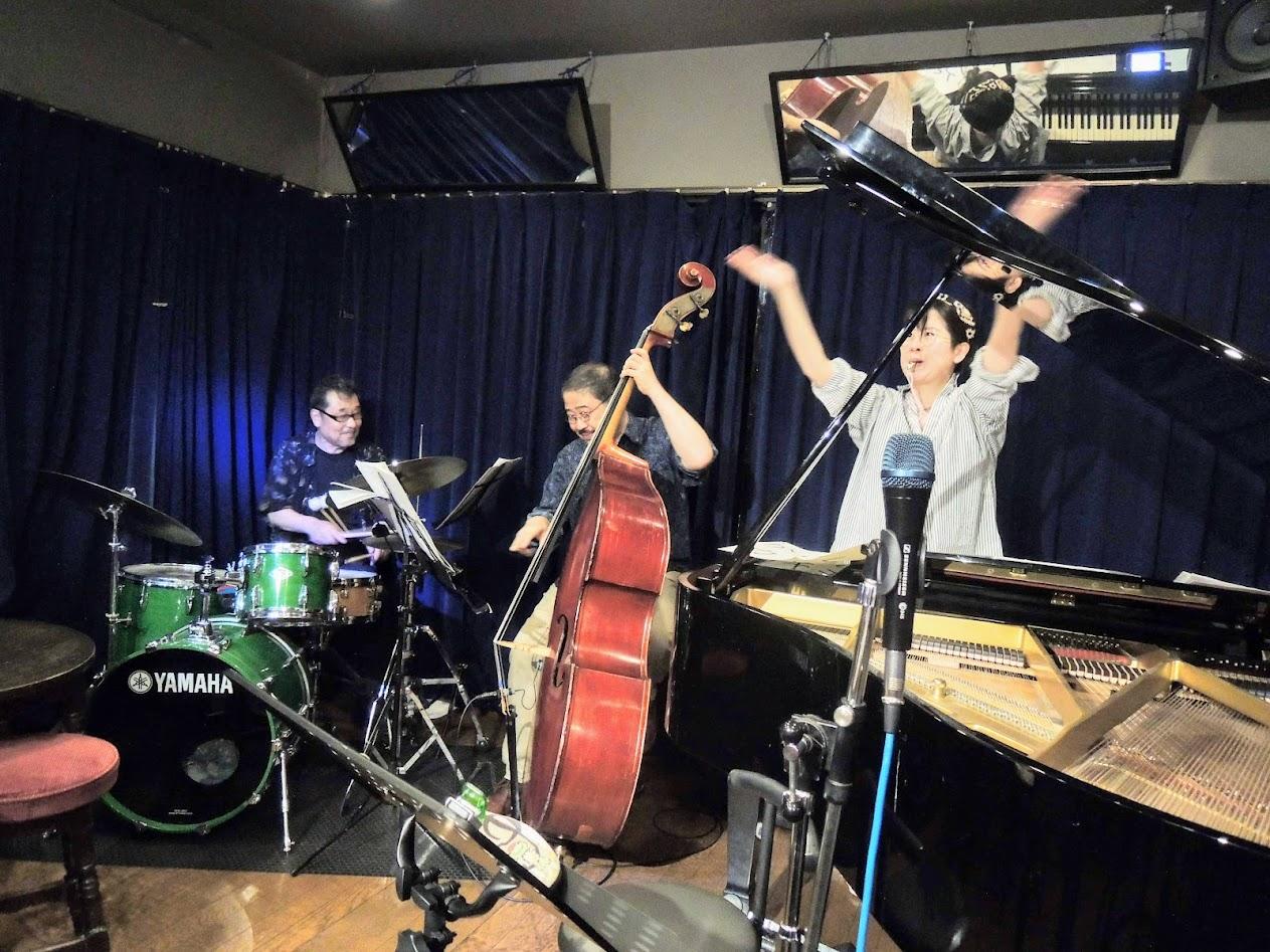 Michiko Uemura (pf), Sho Iwata (bs), Hideaki Kakimoto (ds)