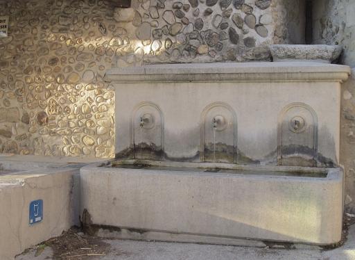 Fontaine des fours dans le village provençale de Visans dans l'Enclave des Papes Vaucluse 84 26