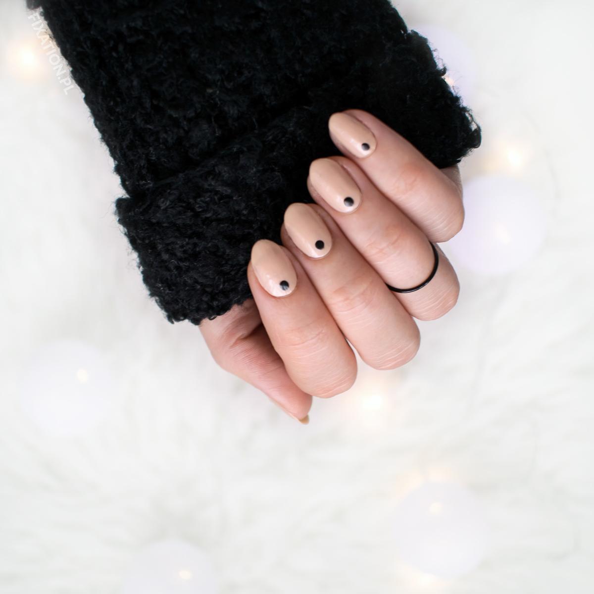 Paznokcie nude z czarnym akcentem | Manicure na co dzień