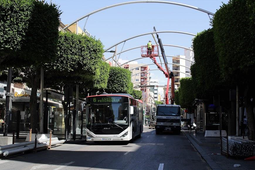 Autobuses de Almería en el Paseo e instalación de los entoldados.