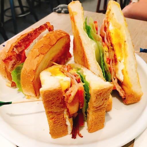 B.L.T was sooooooo delicious!!  ここのBLTサンドイッチは感動の美味しさです。 コーヒーも美味しかった。