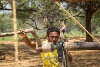Photo: Extrayendo el agua con el antiguo método tradicional Wayuu - comunidad de la Sabana - Maicao