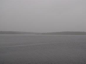 Photo: Op de terugweg zijn we even gestopt bij het grote meer Kallunkijärvi, maar hier regende het weer oude wijven waardoor het zicht allesbehalve was.