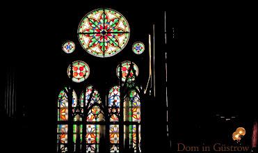 Photo: Glasfenster an der Orgelempore in Güstrow