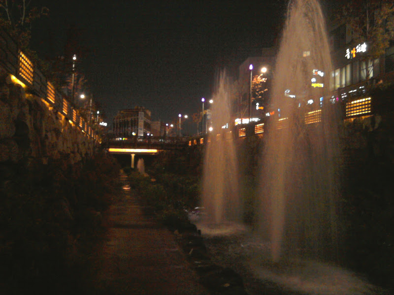 Photo: Žmonių nėra, bet fontanai šoka.
