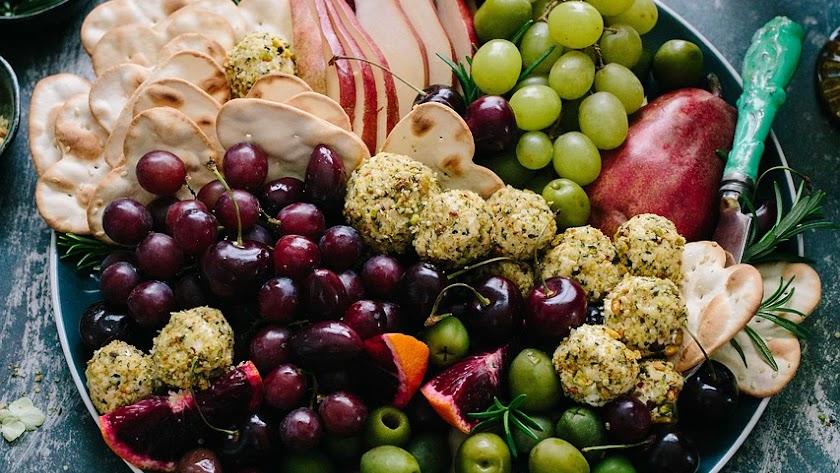 El color en el plato de frutas y verduras en un síntoma de riqueza de nutrientes.