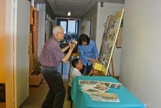 Photo: Fixation de la boîte pour les donations de Phuc Xa avec Minh Tam
