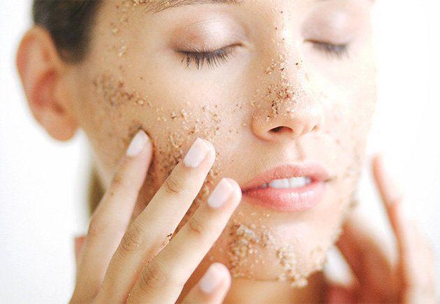 Việc chà xát da bằng sản phẩm tẩy tế bào chết dạng hạt sẽ làm Chứng đỏ mặt trở nên nghiêm trọng hơn