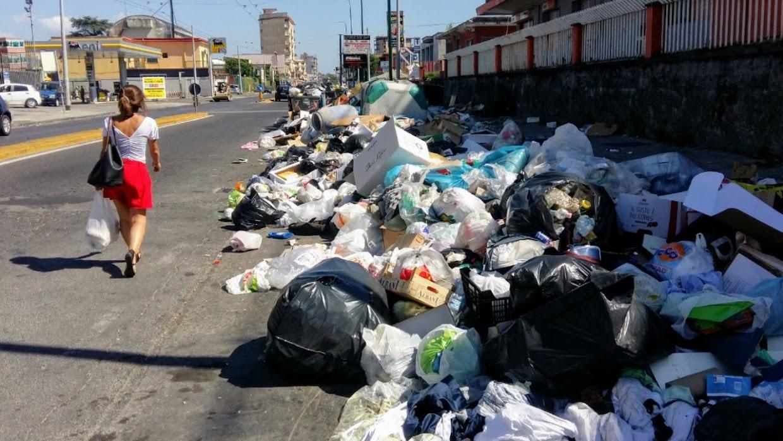 Cumuli di rifiuti in via Roma verso Scampia