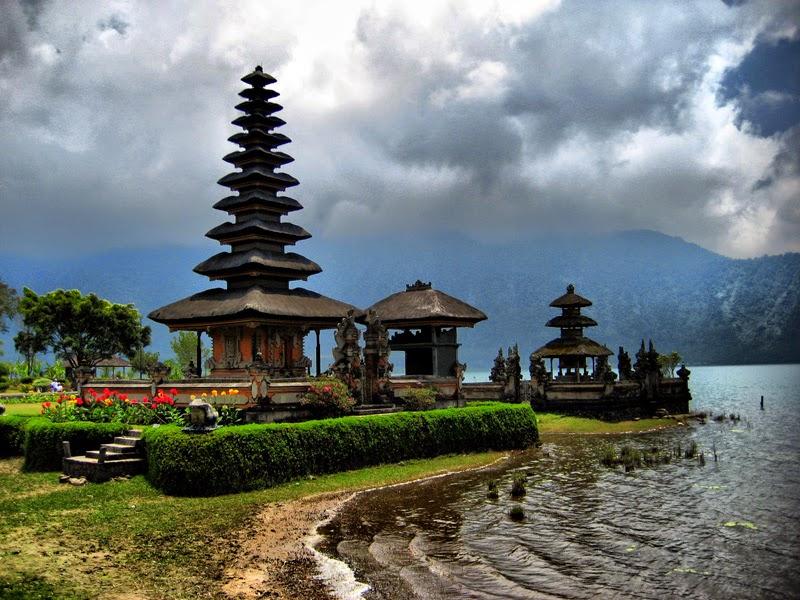 На «острове тысячи храмов» вы можете увидеть величественные индуистские святыни