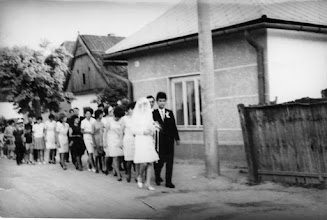 Photo: Beke Hermina és Domonkos Géza esküvői menete, Alsó utca, 1967 vőfély Misák Endre,  Fehérváry Zsófika néni muskátlis ablaka előtt