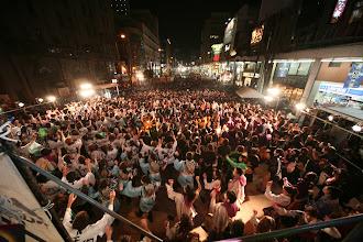 Photo: 2013年に行われた「第13回 浜松 がんこ祭」の写真です。がんこ祭は楽器の街浜松ならではの全国でも唯一「楽器を持って踊ること」のルールの元に、全国から約4500人の参加者と観客10万人が集まる毎年三月に行われるお祭りです。 ■日曜夜 がんこ祭ファイナル ヤマハ前会場  「浜松 がんこ祭 公式ホームページ」 http://www.ganko-matsuri.com/  2014年は3月15日(土)16日(日)と二日間開催されます。100を越えるチームが優勝を目指し、元気溢れる踊りを披露し、16日の浜松中心街において表彰される最優秀チームの栄誉を目指して競い合います。  ※ photo 「zeki」  http://zeki72.exblog.jp/ direct 「株式会社マツヤマデザイン」 http://www.md-f.jp/