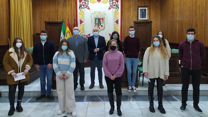 El equipo de gobierno durante la entrega de las subvenciones.