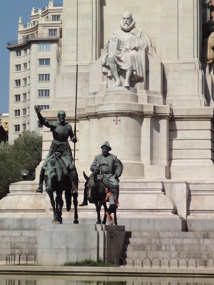 Monument de Miguel de Cervantes sur la Place d'Espagne à Madrid