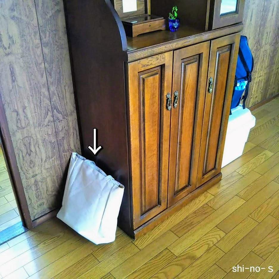 家具の横にあるバッグ