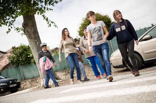 jeunes gens marchant dans la rue handicap mental