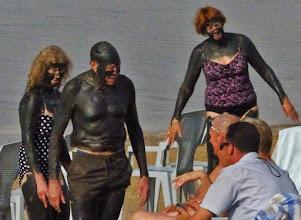 Photo: Wer hat Angst vorm Schwarzen Mann? Der feuchte, schwarze Schlamm des Toten Meeres weist eine außerordentlich hohe Konzentration an natürlichen Mineralien auf und ist geeignet für Hautreinigung und -revitalisierung.