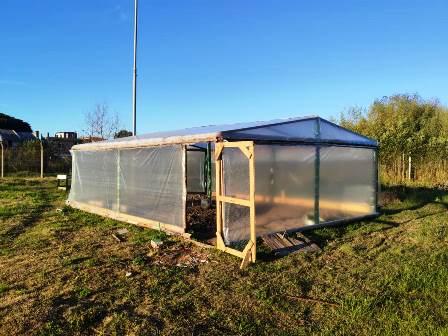 Os apenados realizam a compostagem dos restos de alimentos para melhorar a qualidade do plantio na horta sustentável. (Divulgação/Susepe)
